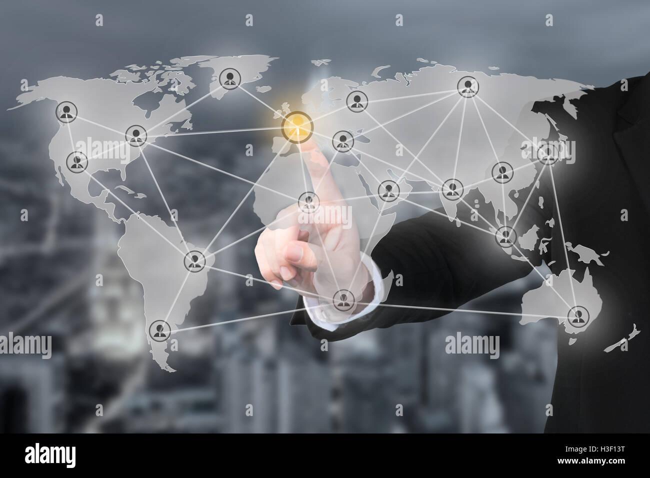 Imprenditore moderno di pressatura del partenariato sociale in rete i pulsanti di collegamento su sfondo virtuale. Immagini Stock