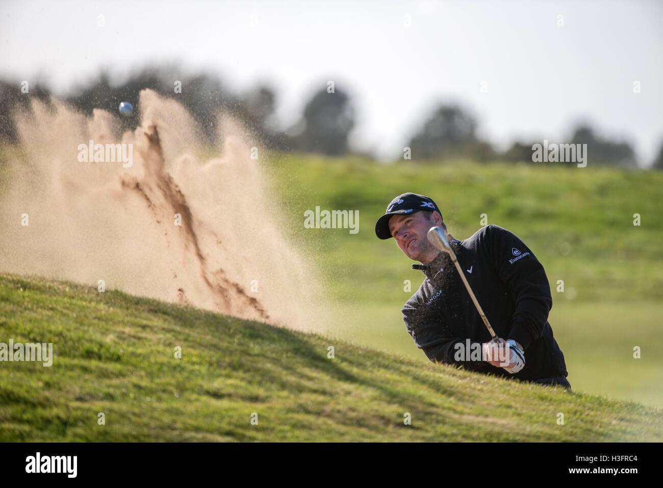 Scozia Marc Warren gioca da il lato verde di bunker a xiv foro durante il giorno tre di Alfred Dunhill Links campionato Immagini Stock