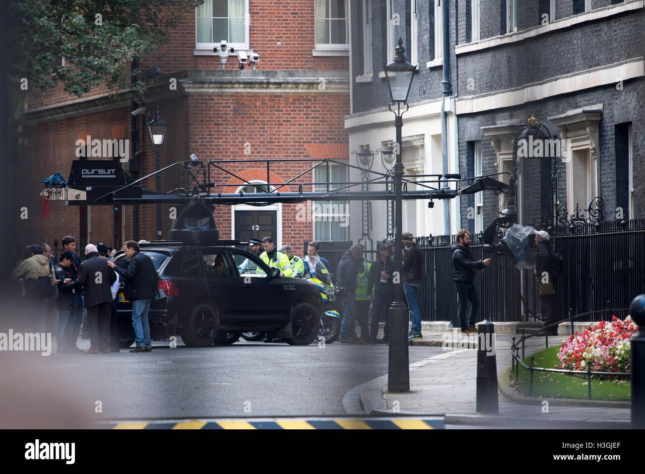 Londra, Regno Unito. 8 Ottobre, 2016. Le riprese del nuovo film di trasformatori a Downing Street sulle fasi di n10 Credito: PAOLO GROVER/Alamy Live News Foto Stock