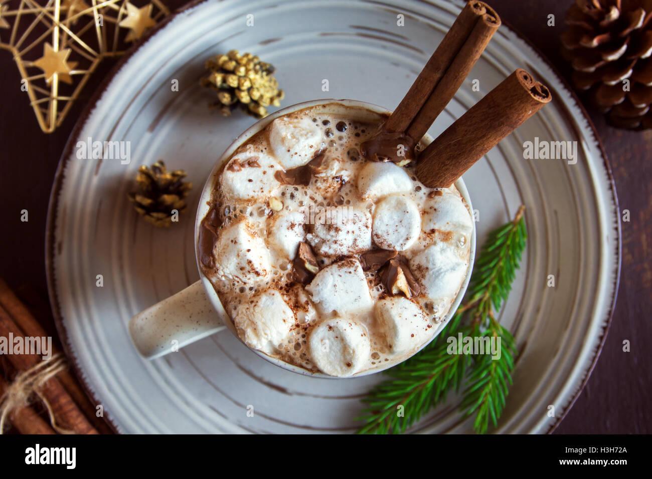 Cioccolata calda con marshmallows, scaglie di cioccolato e bastoncini di cannella - in casa calda bevanda di festa Foto Stock