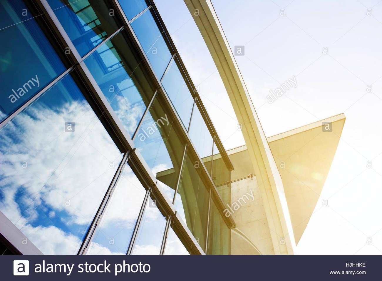 Vista esterna facciata di vetro, sfondo futuristico, abstract architettura, luminoso edificio di vetro abstract Immagini Stock