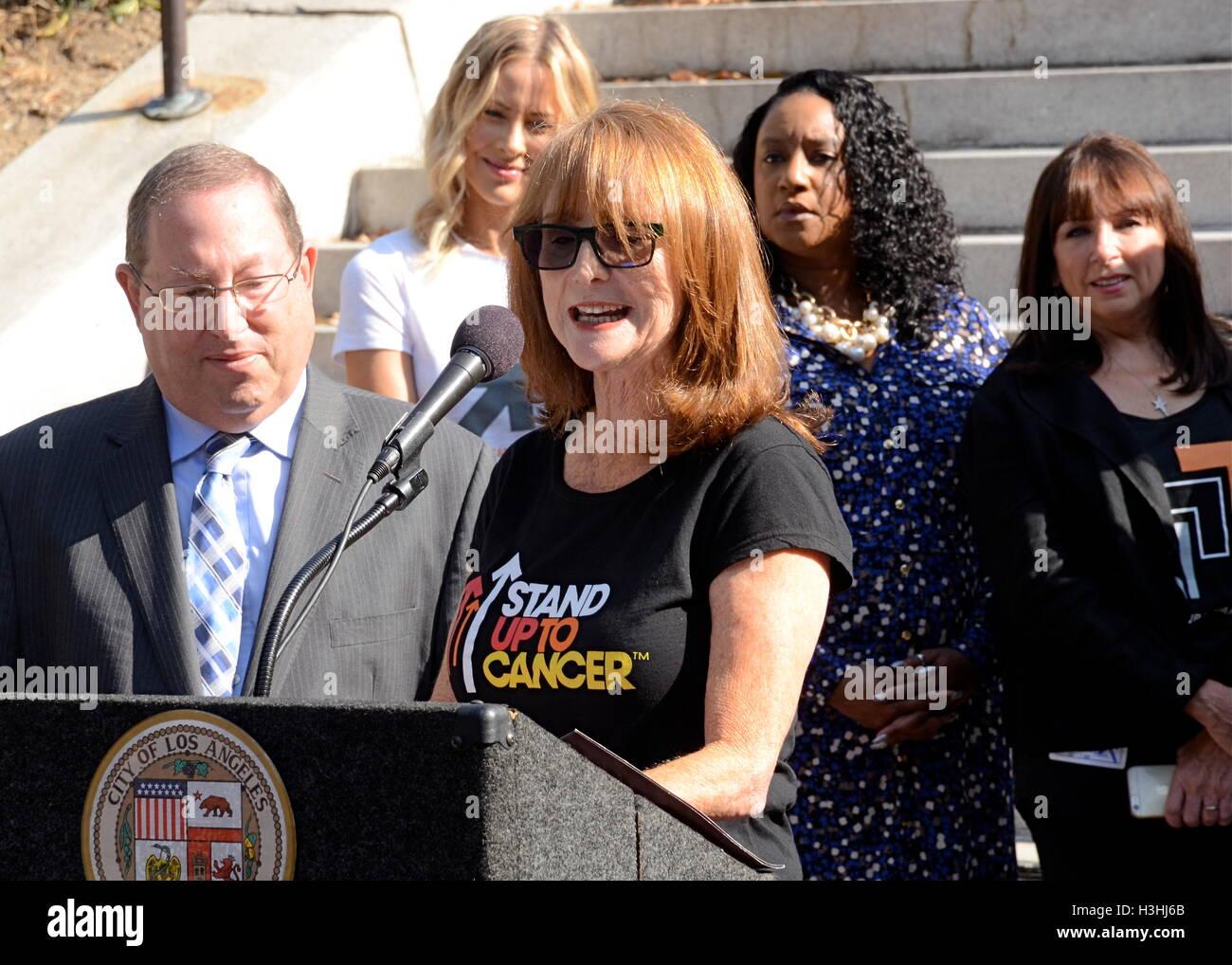 Marg Helgenberger parla alla conferenza stampa di 'stand fino al cancro giorno' a Los Angeles City Hall, Immagini Stock