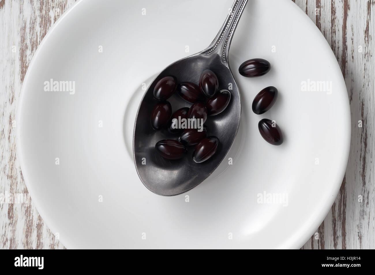 Supplemento di astaxantina antiossidante ancora vita sana alternativa sfondo bianco Immagini Stock