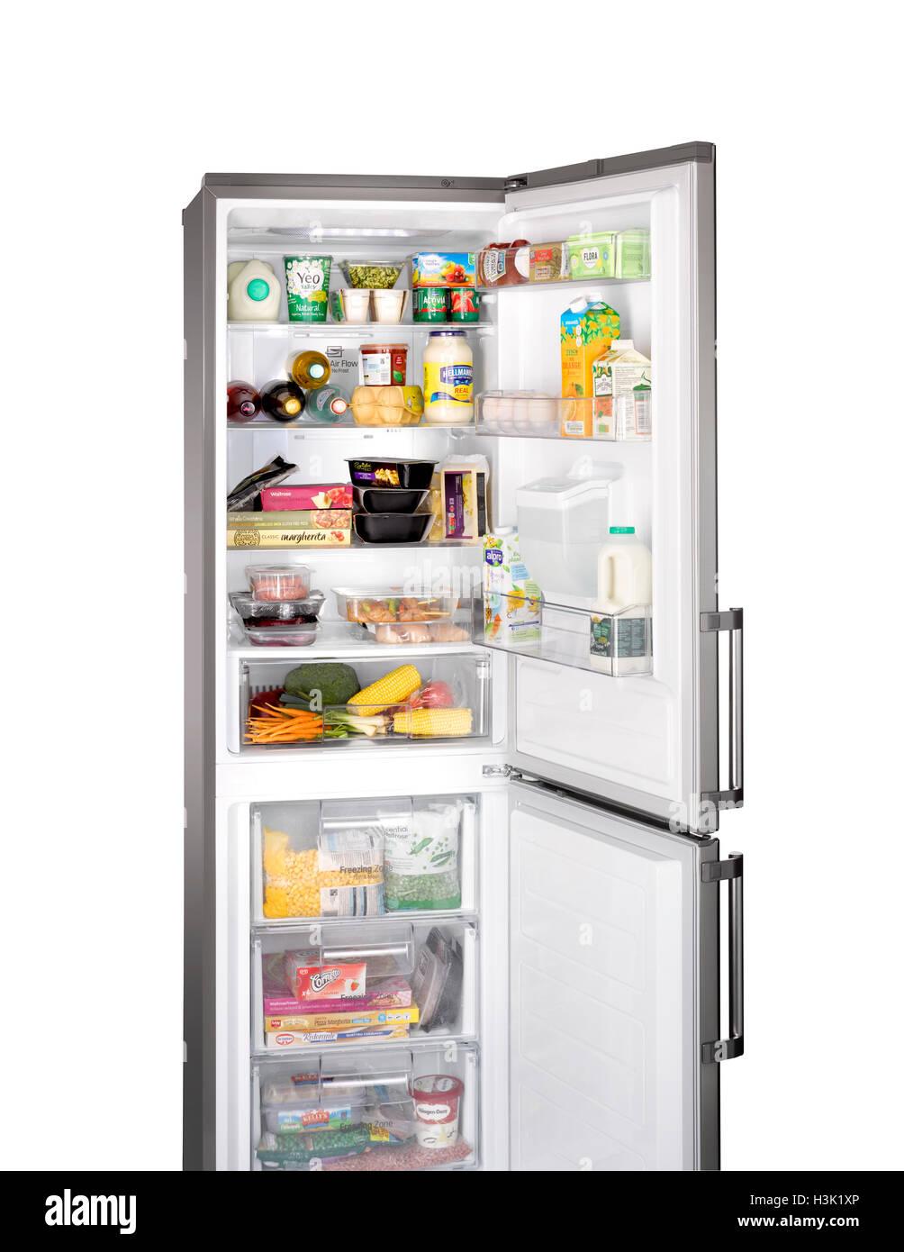 Un taglio fuori tiro aperto di un frigorifero con congelatore Immagini Stock