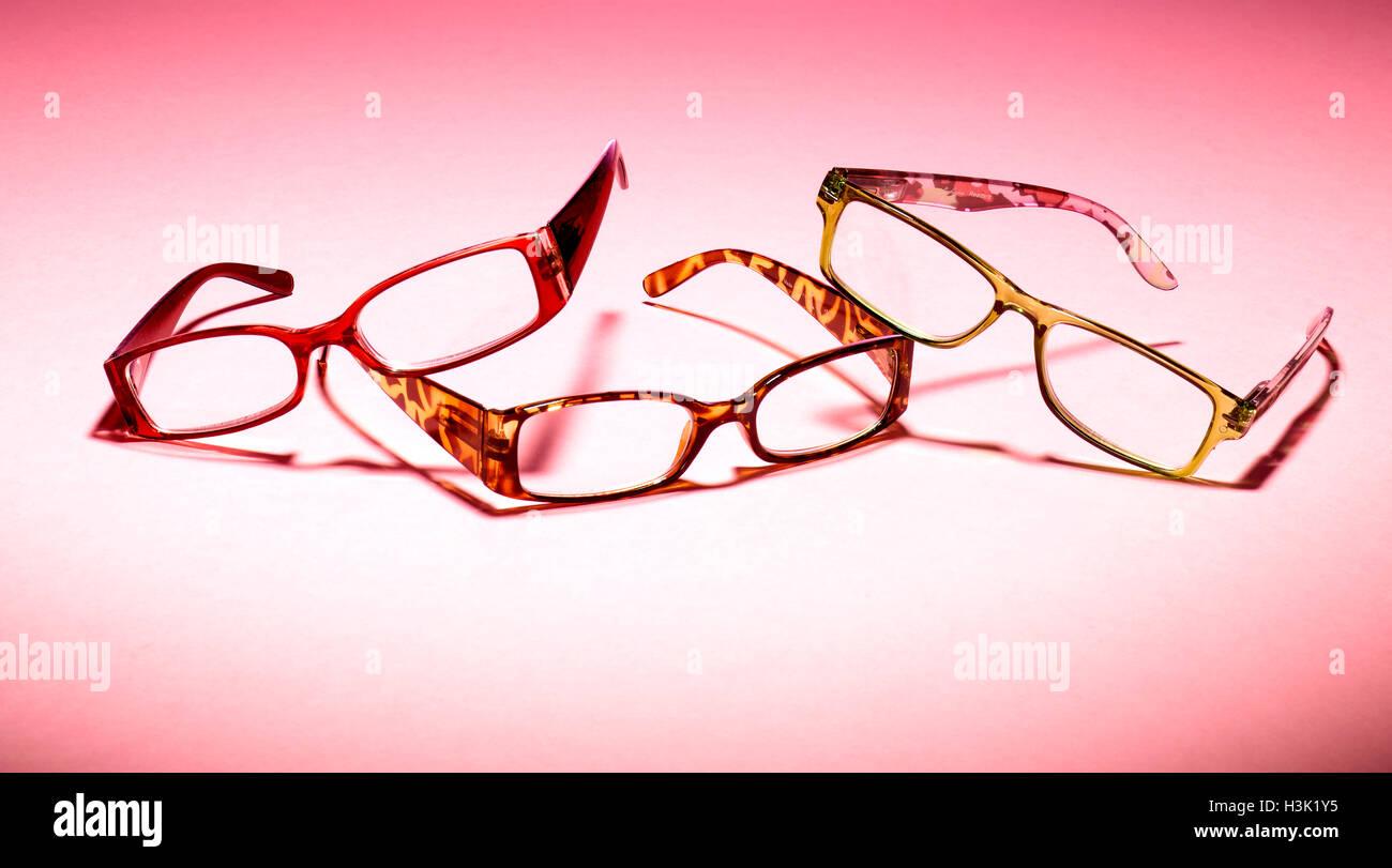 Tre paia di occhiali su un sfondo rosa Immagini Stock