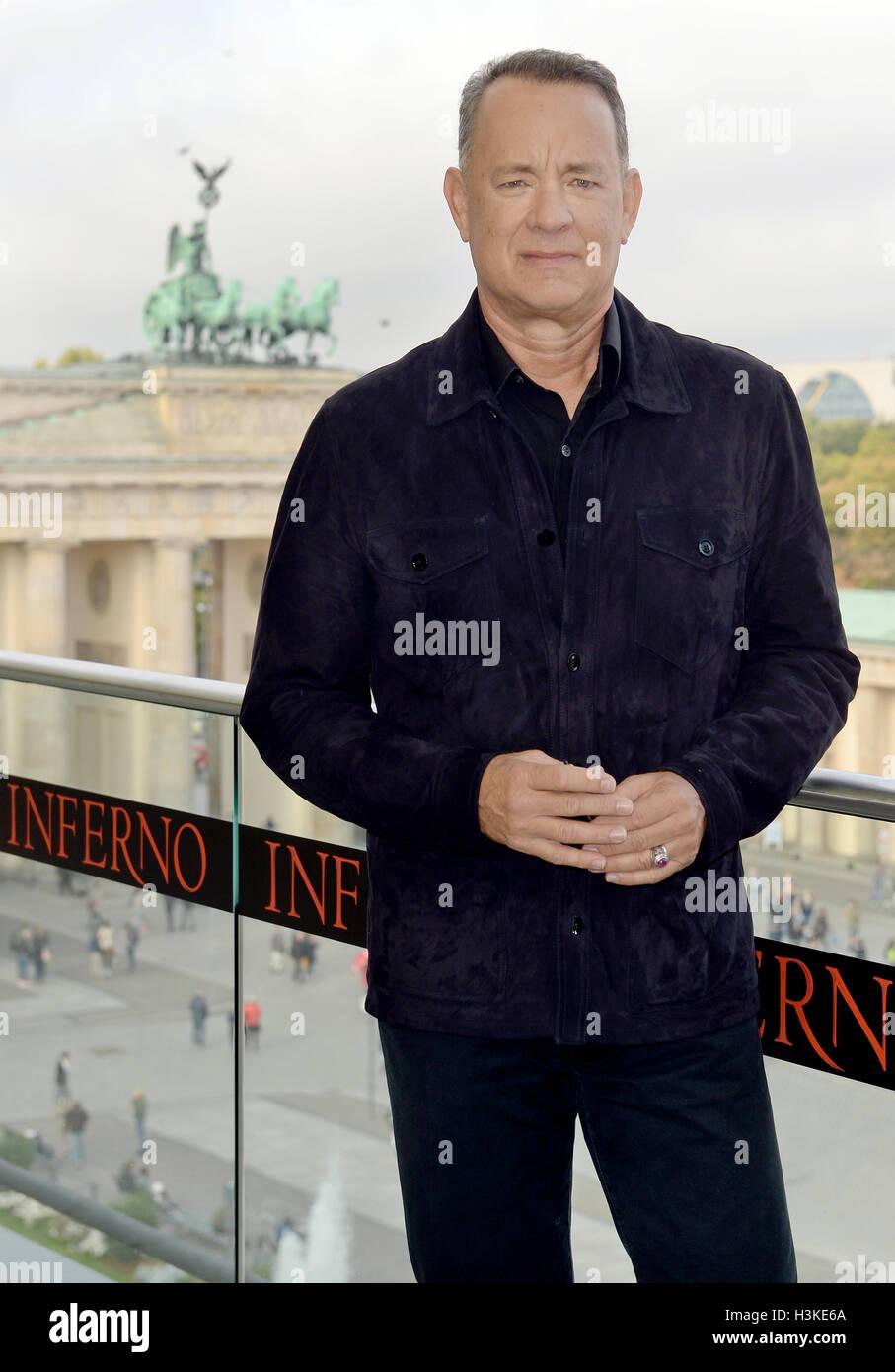 """Berlino, Germania. 10 ottobre, 2016. Attore americano Tom Hanks davanti alla Porta di Brandeburgo durante il """"Inferno"""" photocall a Berlino, Germania, 10 ottobre 2016. Foto: Britta Pedersen/dpa/Alamy Live News Foto Stock"""
