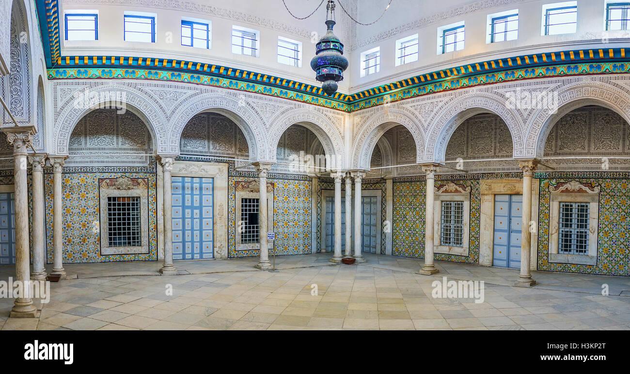 La grande sala della antica casa signorile decorato con piastrelle