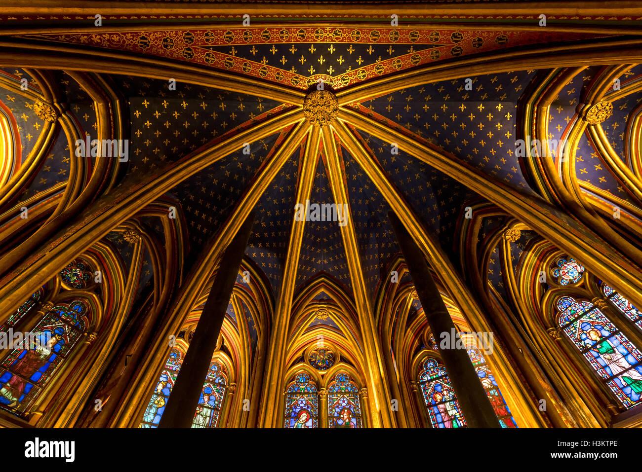 Gotico Rayonnant soffitto a volta della cappella inferiore di Sainte Chapelle, Ile de la Cite, Parigi, Francia Foto Stock