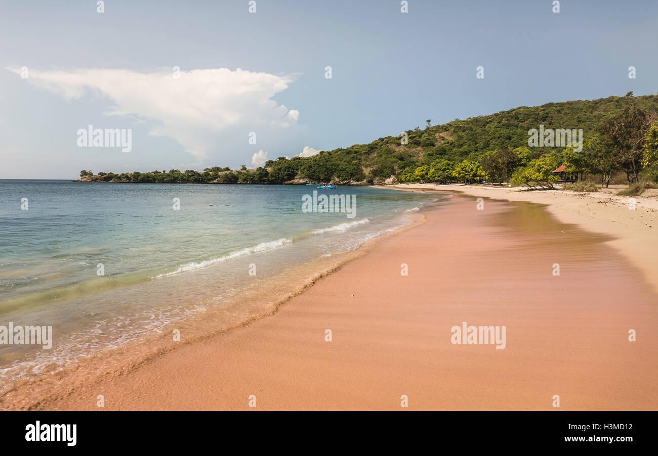 Vista della spiaggia e del mare, la Spiaggia Rosa, Lombok, Indonesia Immagini Stock