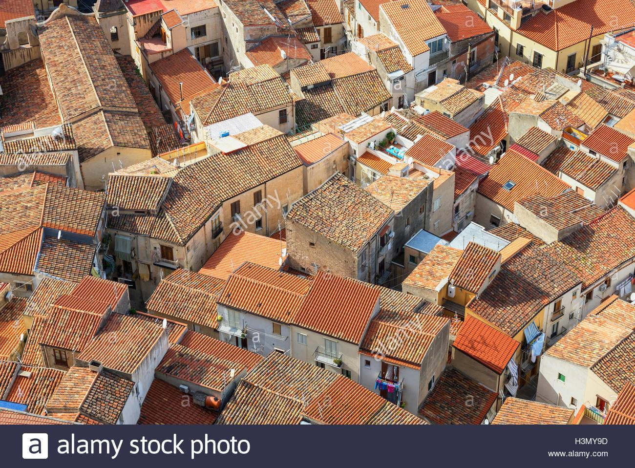 Angolo di alta vista di Cefalu tetti in terracotta da La Rocca, Sicilia, Italia Immagini Stock