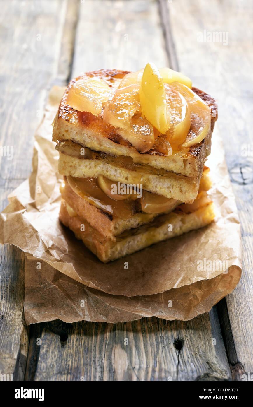 Sandwich di dolci, pane tostato con mele caramellate Immagini Stock