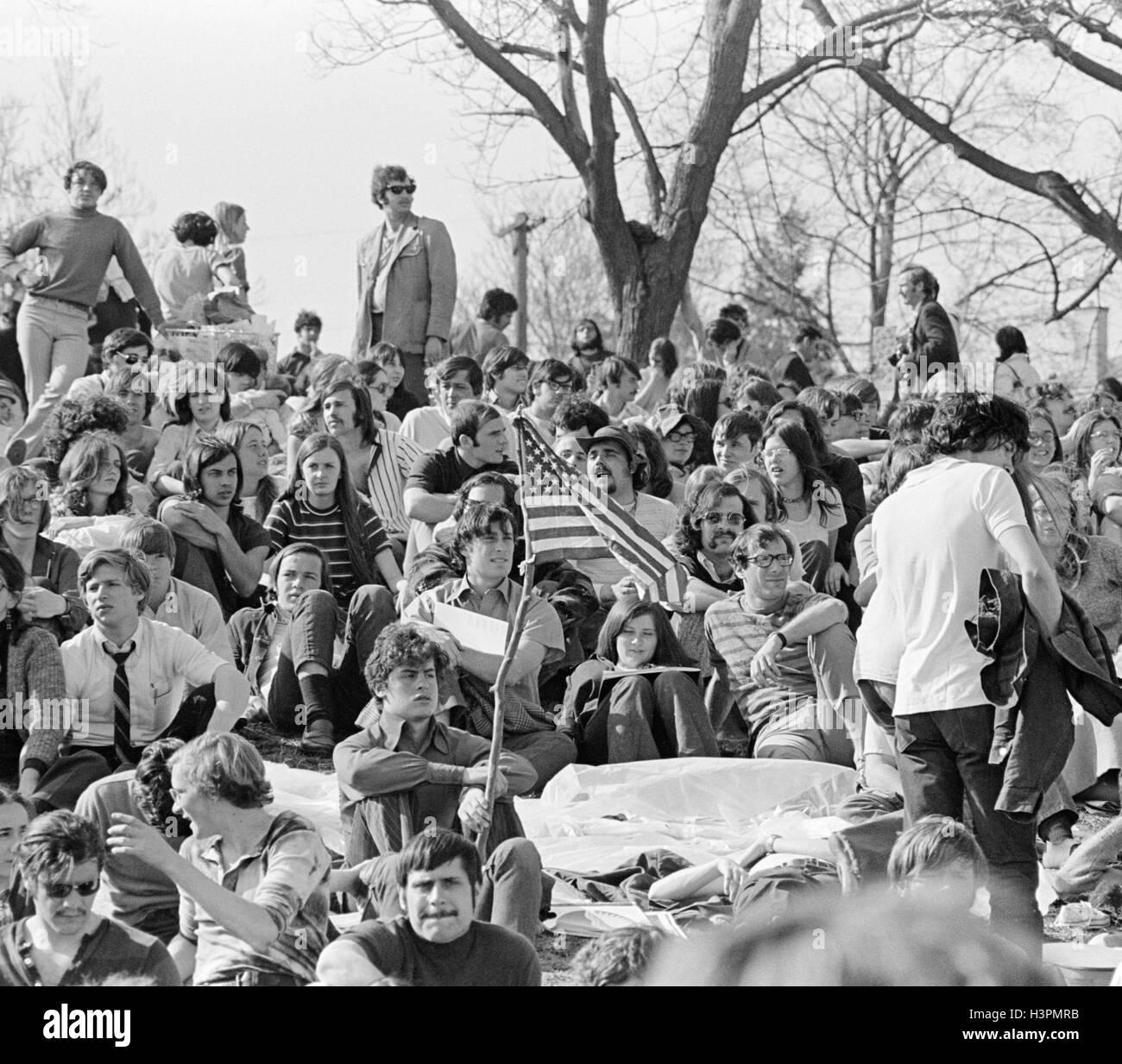 Anni Settanta 22 aprile 1970 Folla DI FREQUENTARE LA PRIMA GIORNATA DELLA TERRA CELEBRAZIONE FAIRMONT PARK di Filadelfia Immagini Stock