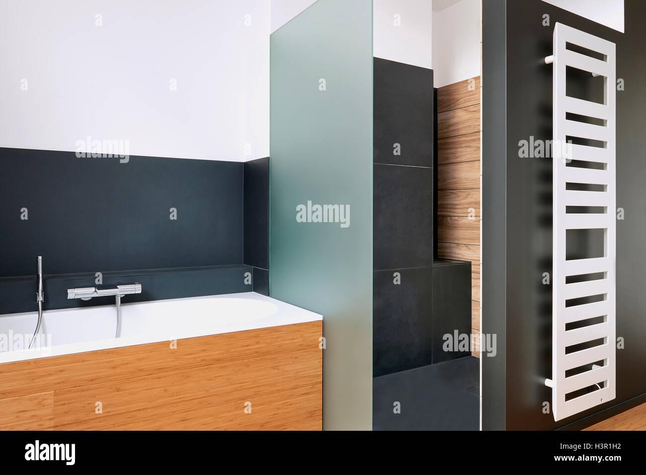 Vasca Da Bagno Verticale : Vasca e doccia in bagno rivestito di piastrelle con radiatore