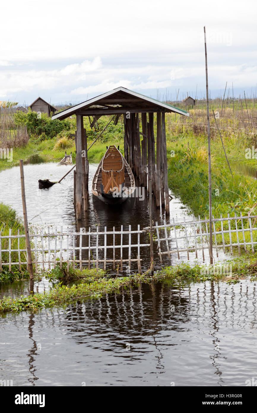Svernamento di un piccolo appartamento barca col fondo utilizzato per Intha team training, sul Lago Inle (Maing Immagini Stock