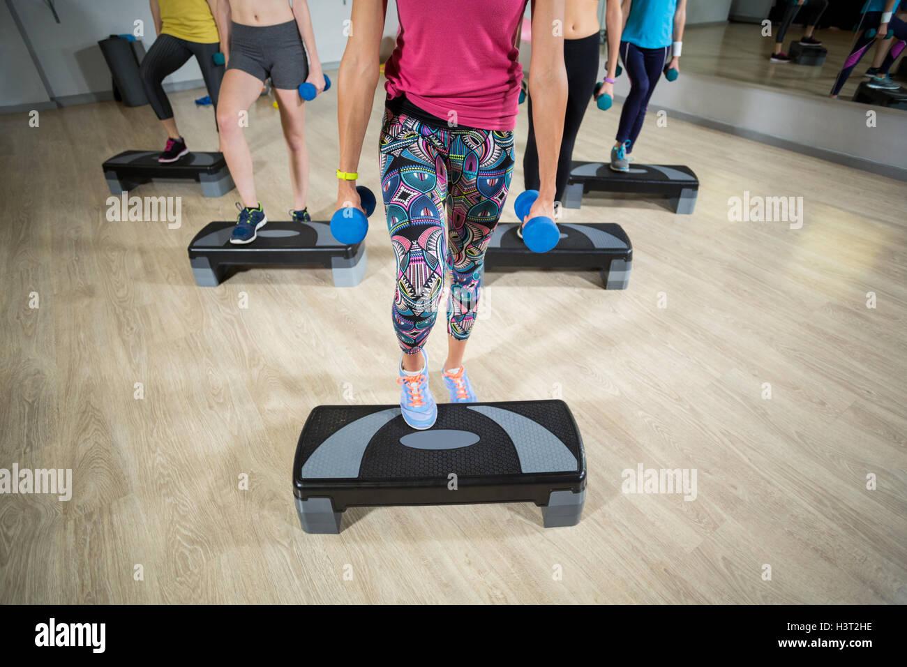 Un gruppo di donne che esercitano su stepper aerobica Immagini Stock