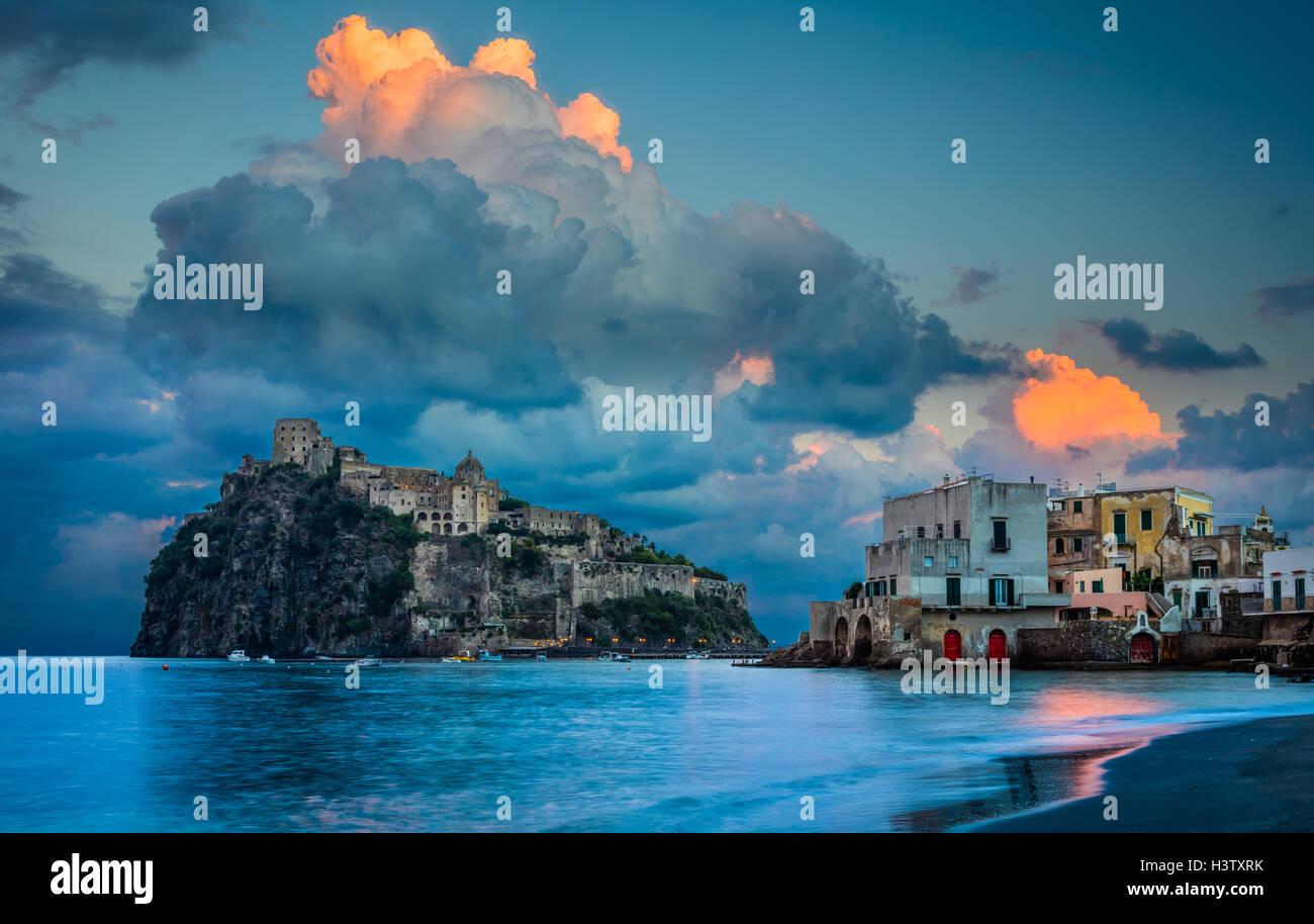 Castello Aragonese è un castello medievale accanto a Ischia (una delle isole Flegrei), all'estremità Immagini Stock