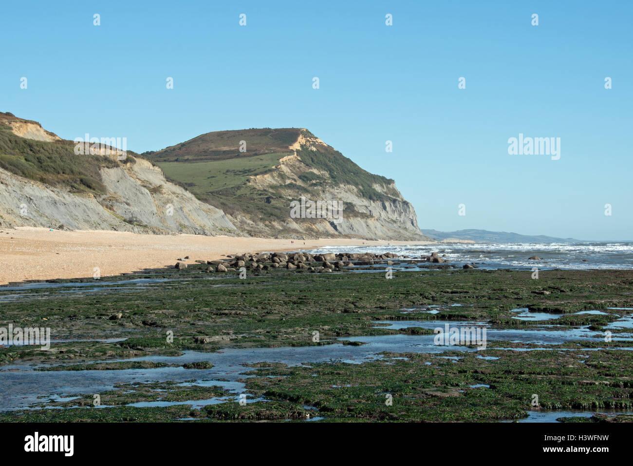 In riva al mare nei pressi di Charmouth, guardando ad est verso la Golden Cap in distanza. Immagini Stock