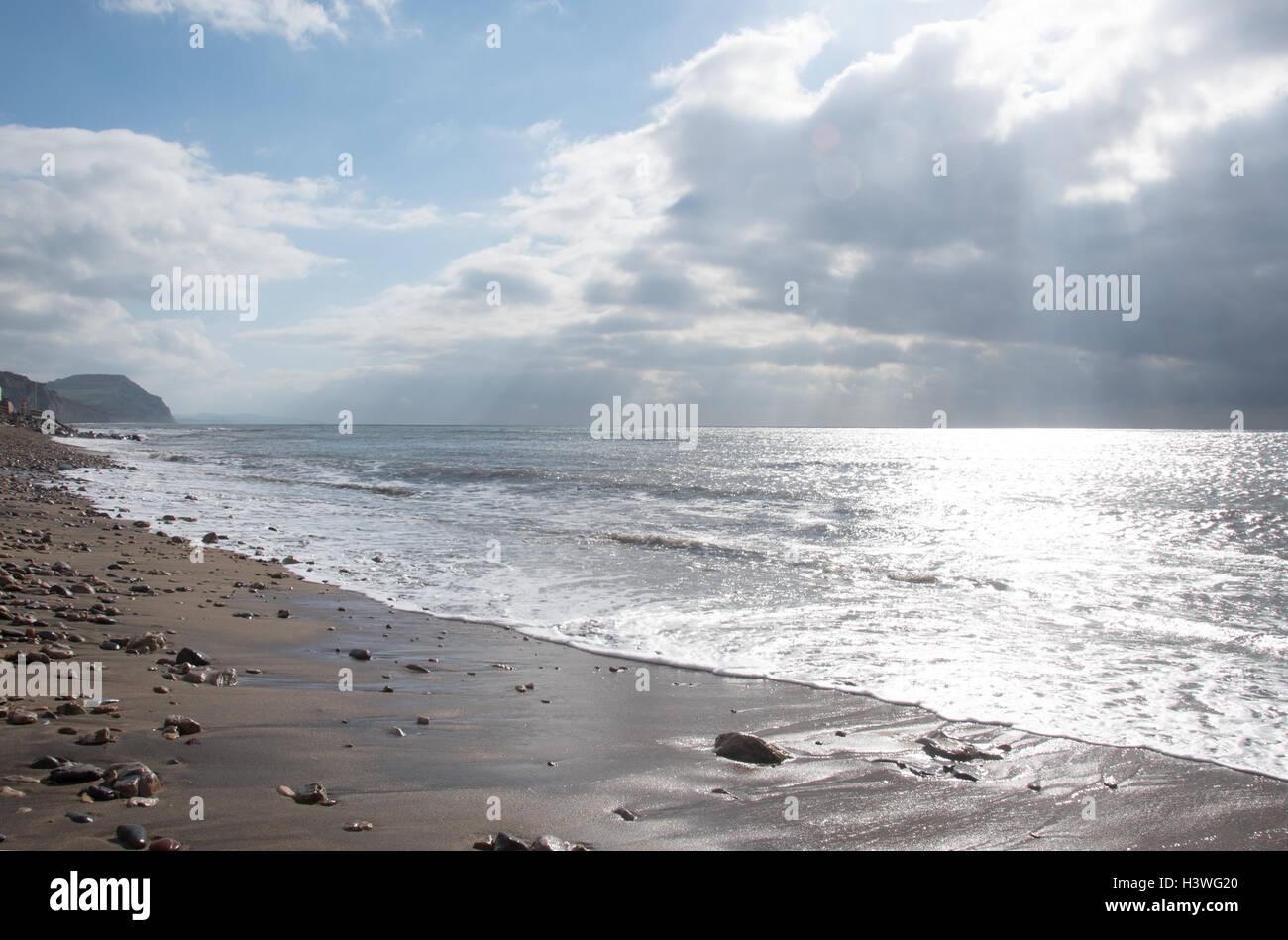 In riva al mare a Charmouth, Dorset, popolare con i cacciatori di fossili. Golden Cap è in distanza. Immagini Stock