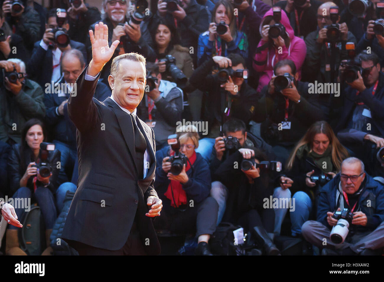 Roma, Italia. 13 ottobre, 2016. Tom Hanks sul tappeto rosso al xi festival del cinema di Roma saluta il pubblico. Immagini Stock