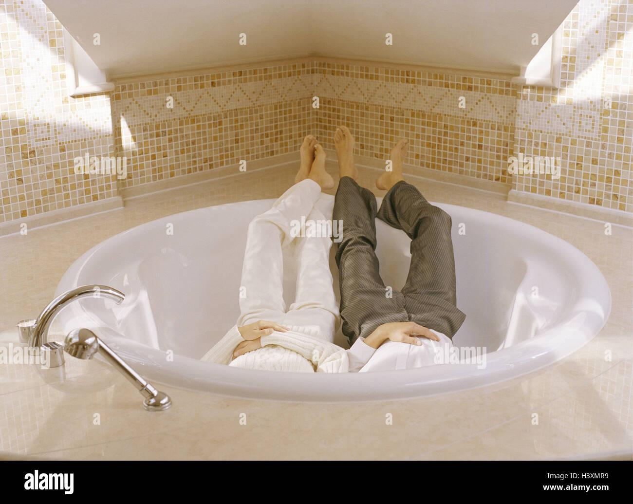 Sala Da Bagno Lusso : Sala da bagno vasca intorno giovane abiti ricreazione bagno