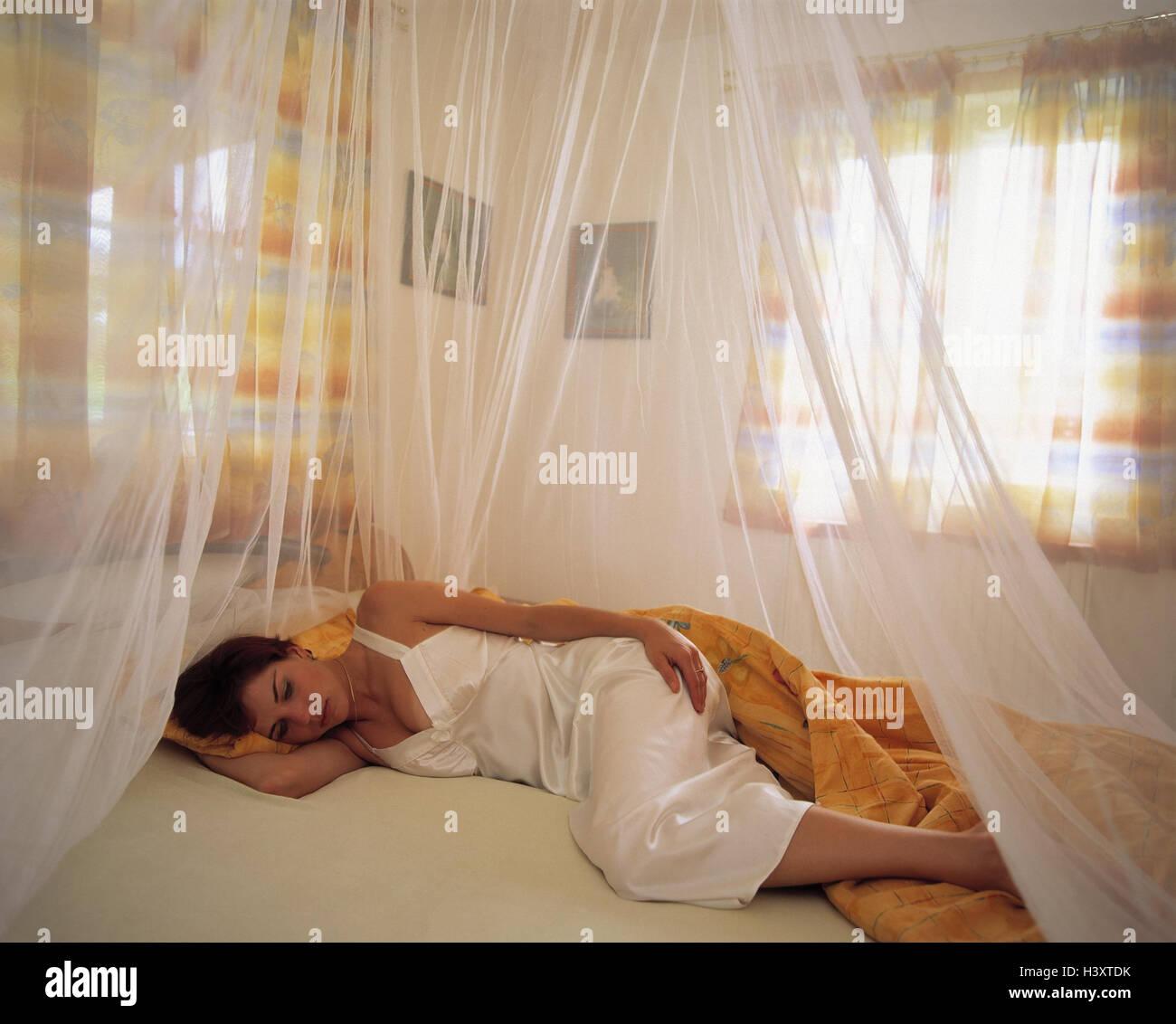 Donna, letto, dormire, zanzariera camere da letto, giovani, giacciono, sting protezione di zanzara, rete, protezione, Immagini Stock