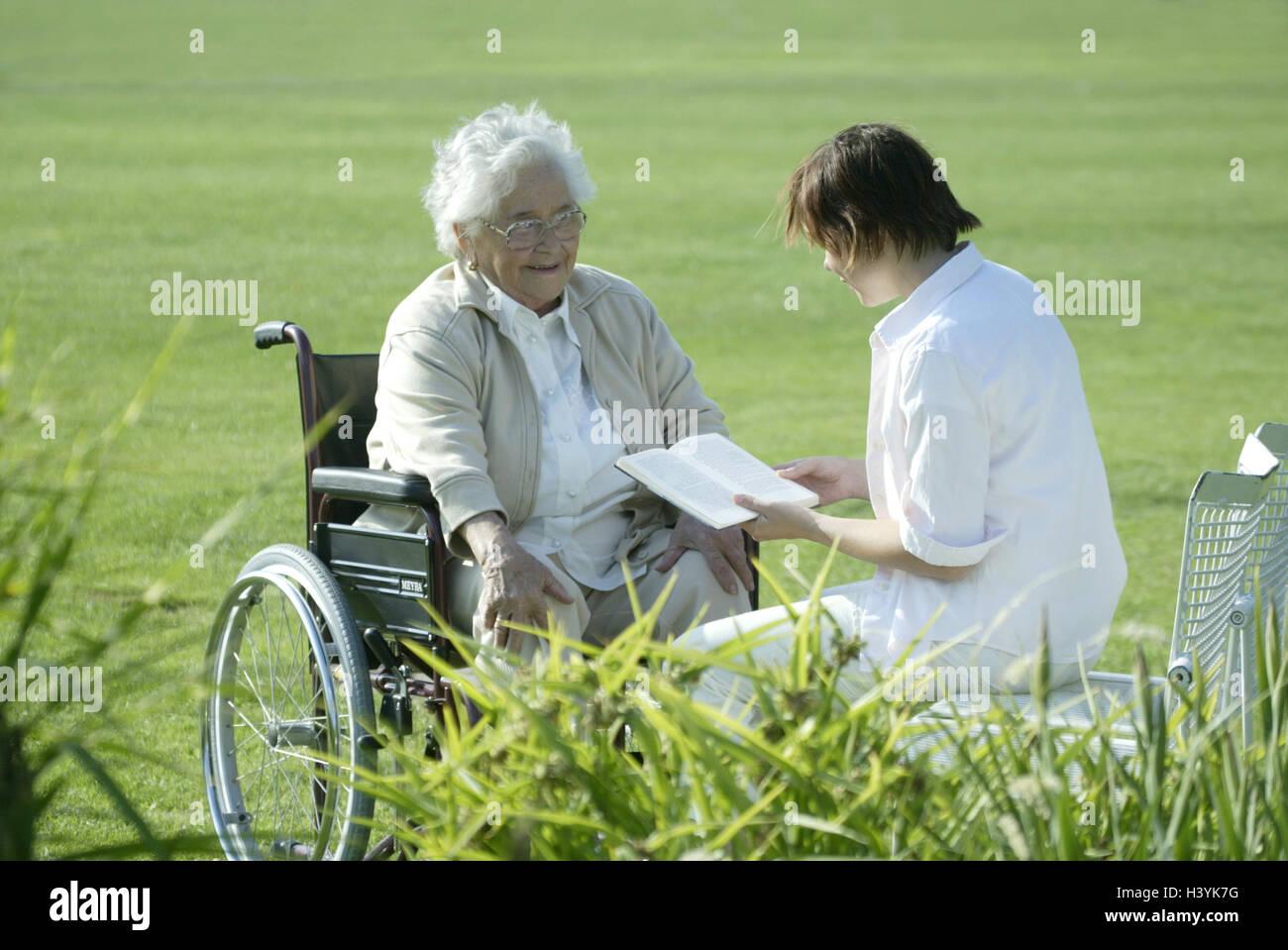 Sedie A Rotelle Leggere : Senior invalida la sedia a rotelle vecchio infermiere prenota