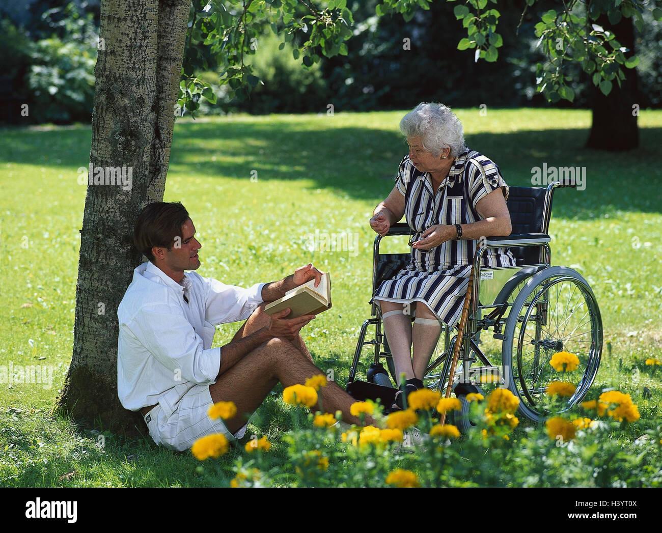 Sedie A Rotelle Leggere : Park senior non valido sedia a rotelle uomo giovane sedersi