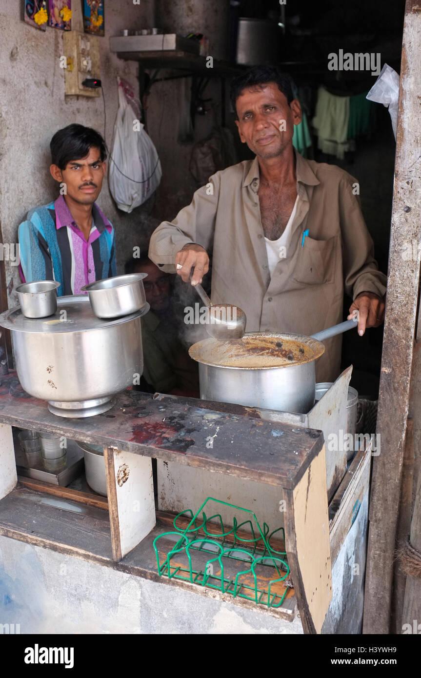 Cucina di strada e scene di strada in Mumbai, Maharashtra, India. Un Masala chai in stallo Immagini Stock