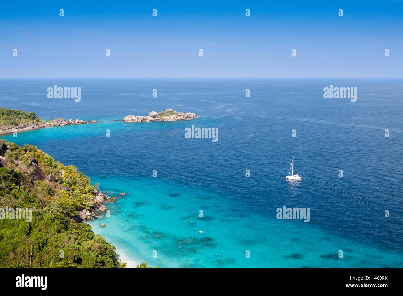 Isola tropicale circondata da trasparenti acque turchesi e le barriere coralline Immagini Stock