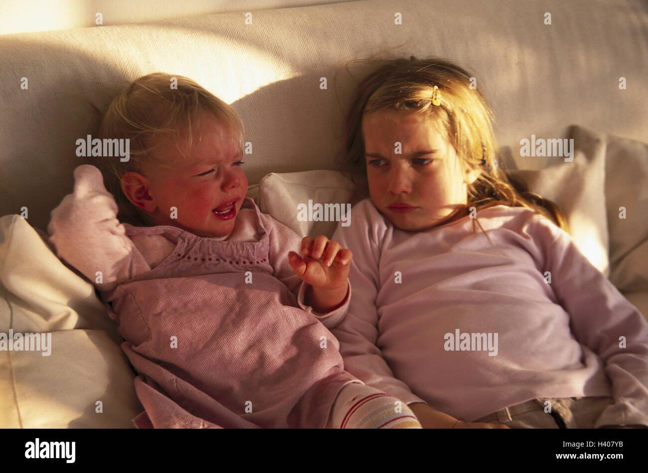 Lettini Per Bambini 2 Anni : Divano ragazza lotta grido metà ritratto il lettino per