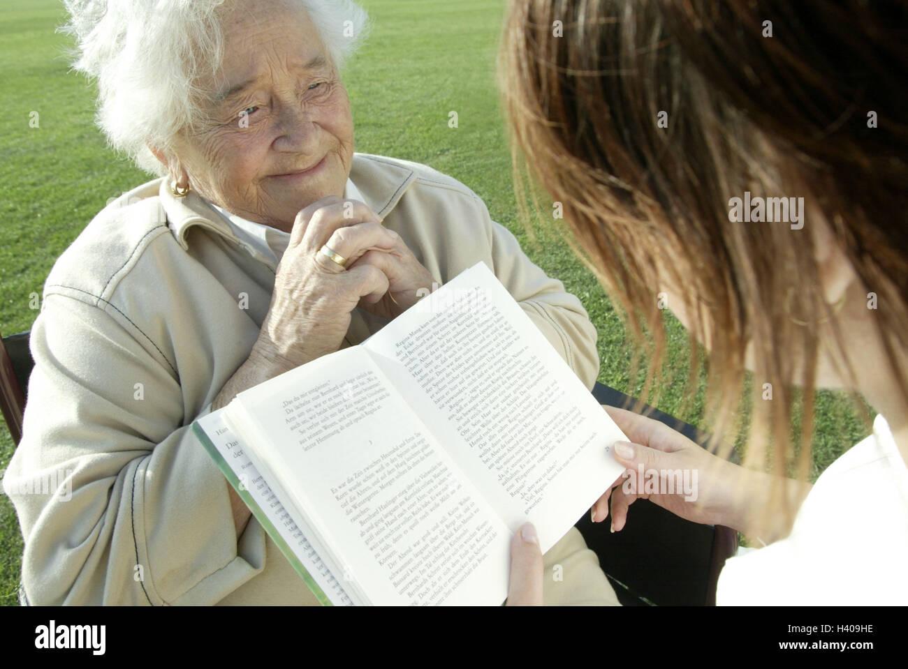 Sedie A Rotelle Leggere : Senior non valido sedia a rotelle vecchio infermiere libro