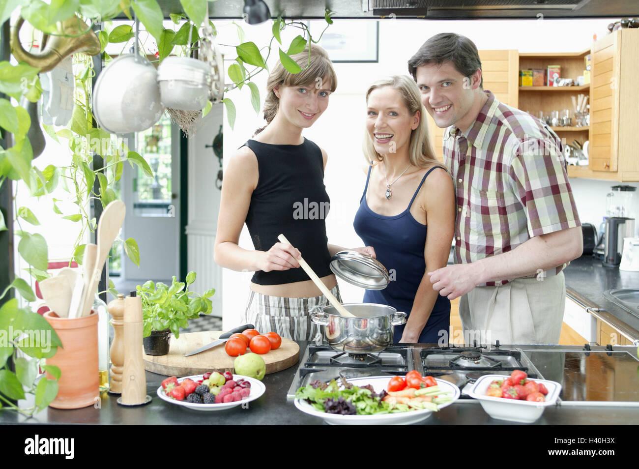 Cucina Anni 30 : Cucina donne uomo felice cucinare insieme a casa di amici tre