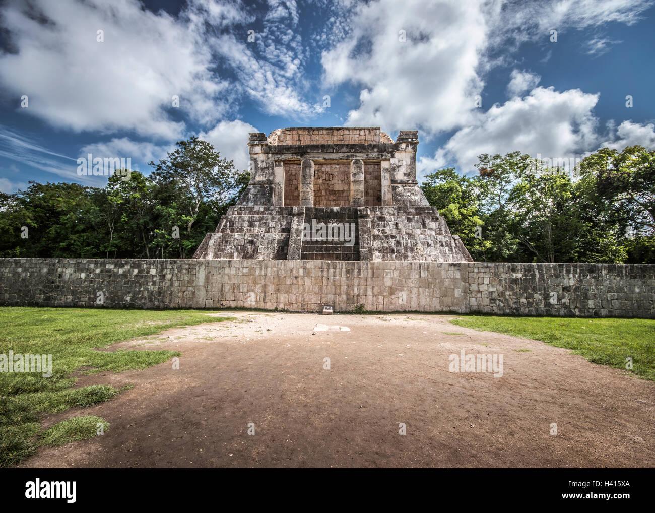 Tribune di gioco della palla a Chichen Itza (Messico) Immagini Stock