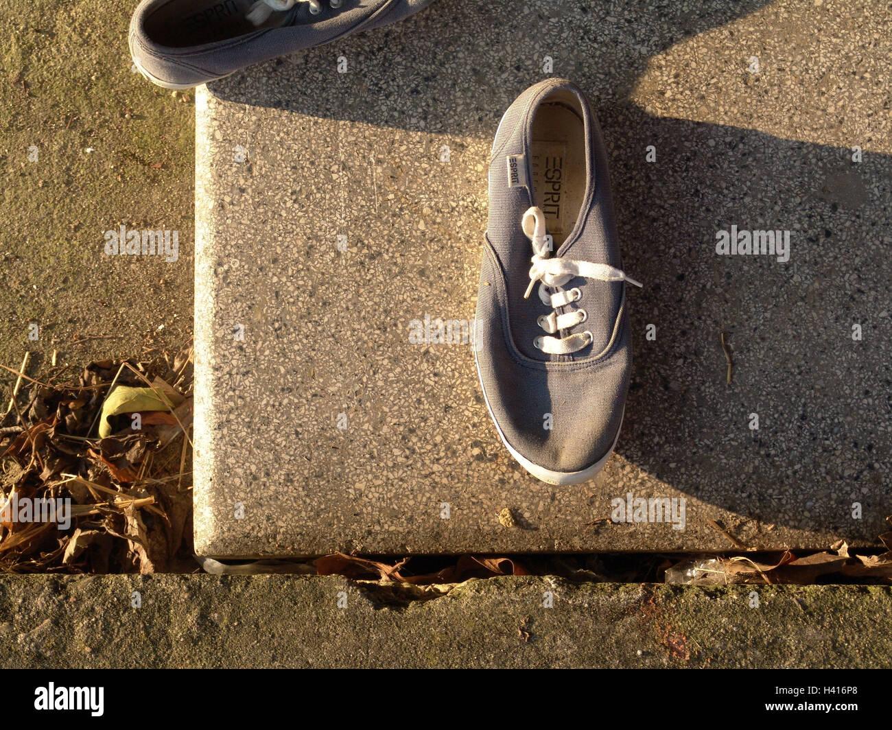 Tempo libero scarpe, ombra, dal al di sopra di scarpe, scarpe di lino, vecchio, utilizza, spogliato, dimenticare, Immagini Stock