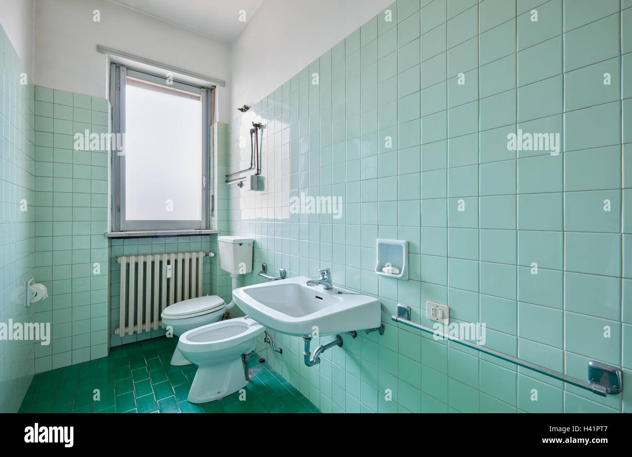Antico bagno interno con piastrelle verdi foto immagine stock