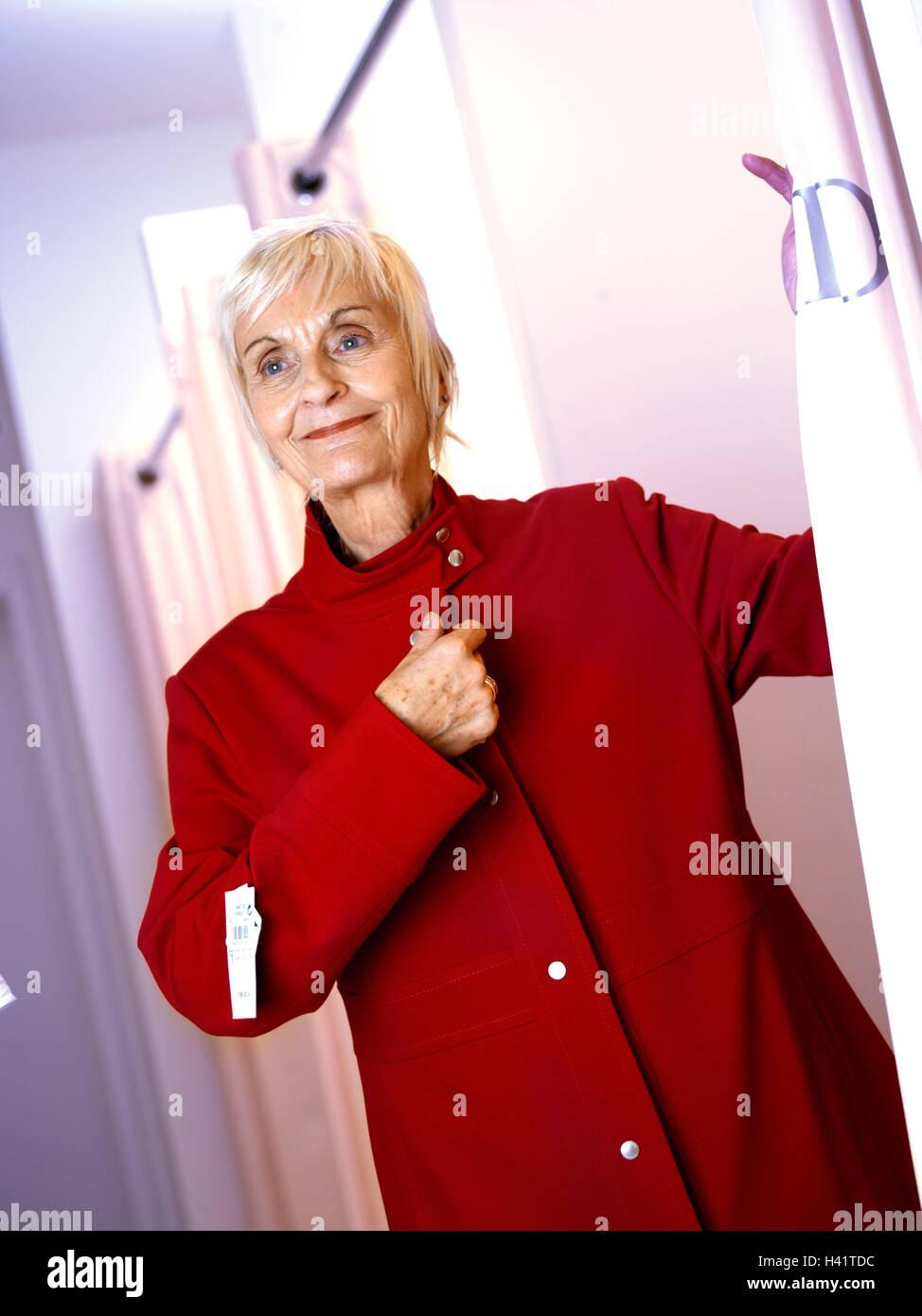 sports shoes e3770 6e6c8 Boutique, senior, donna camicia rossa, provare, sorriso ...