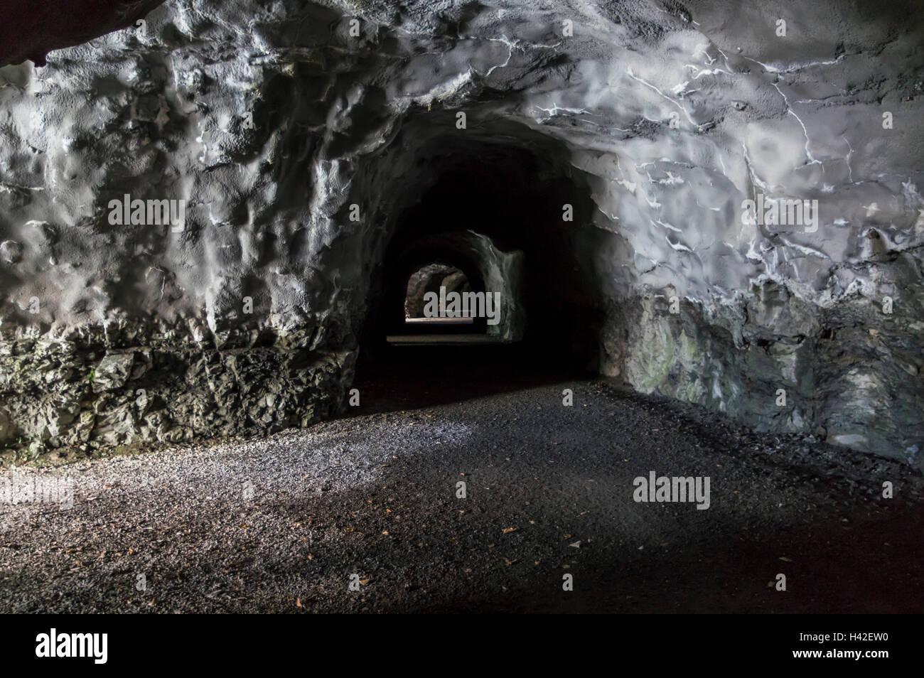 Stretto e buio del tunnel con spruzzare le pareti in calcestruzzo, che serve come tunnel pedonale su 'Weg der Immagini Stock