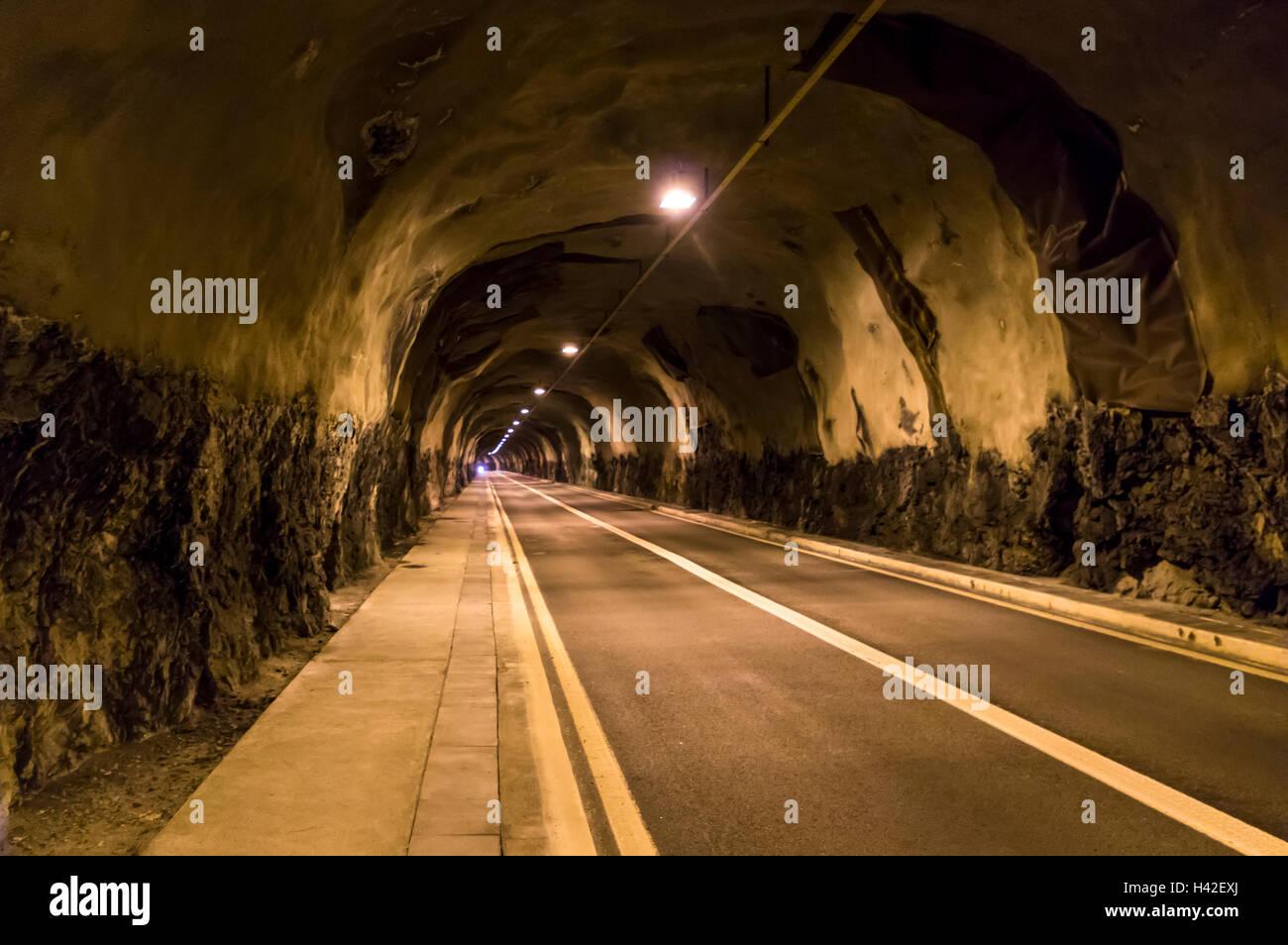 Due corsie tunnel in Svizzera con spruzzare le pareti in calcestruzzo. Immagini Stock