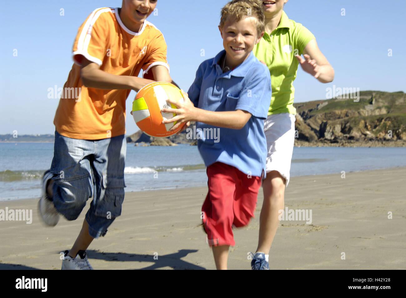 Foto Divertenti Bambini Al Mare spiaggia, bambini, allegramente a sfere, gioca, brocciato