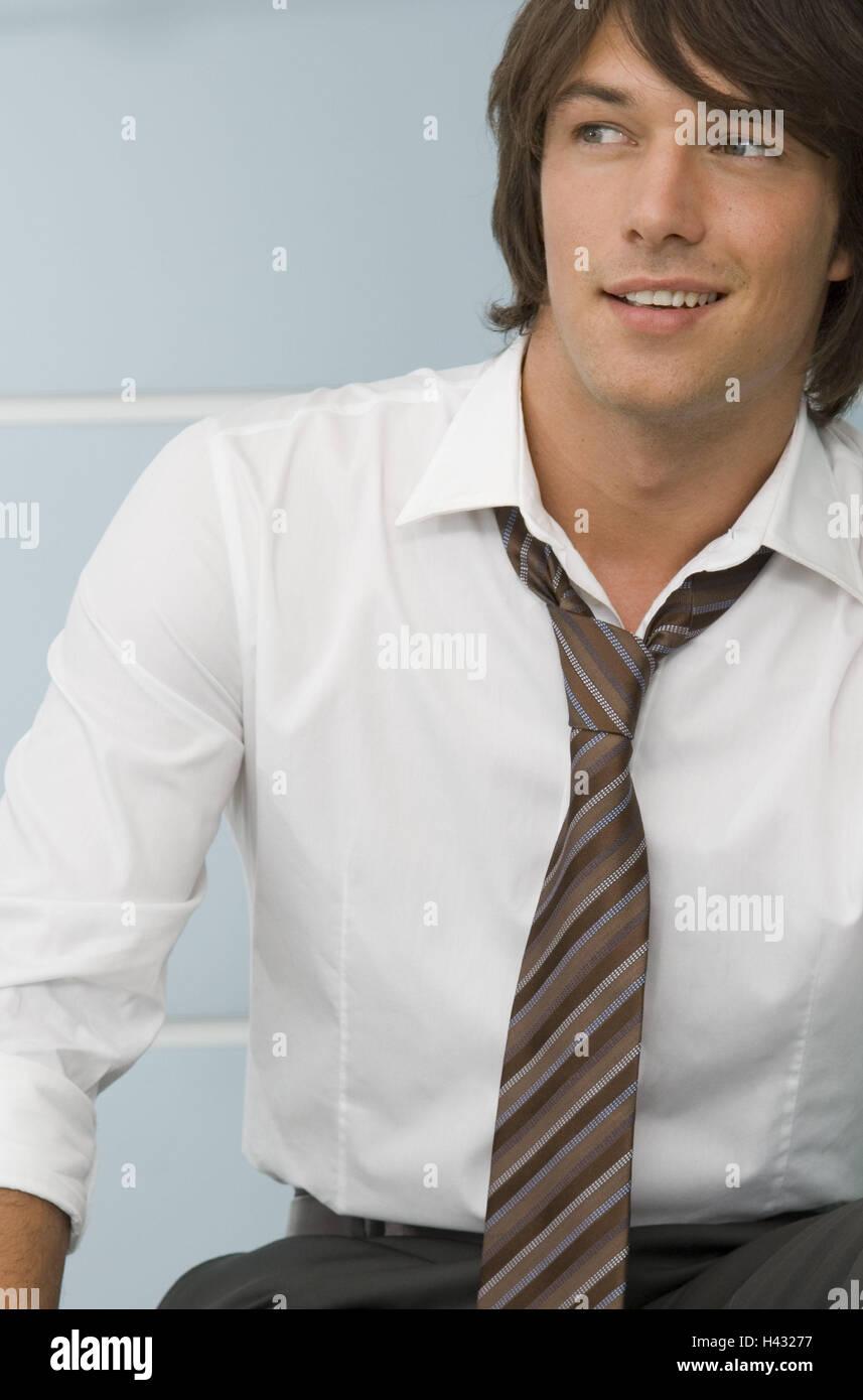 L'uomo, giovani, camicia e cravatta, metà ritratto, sorriso, brocciato Immagini Stock