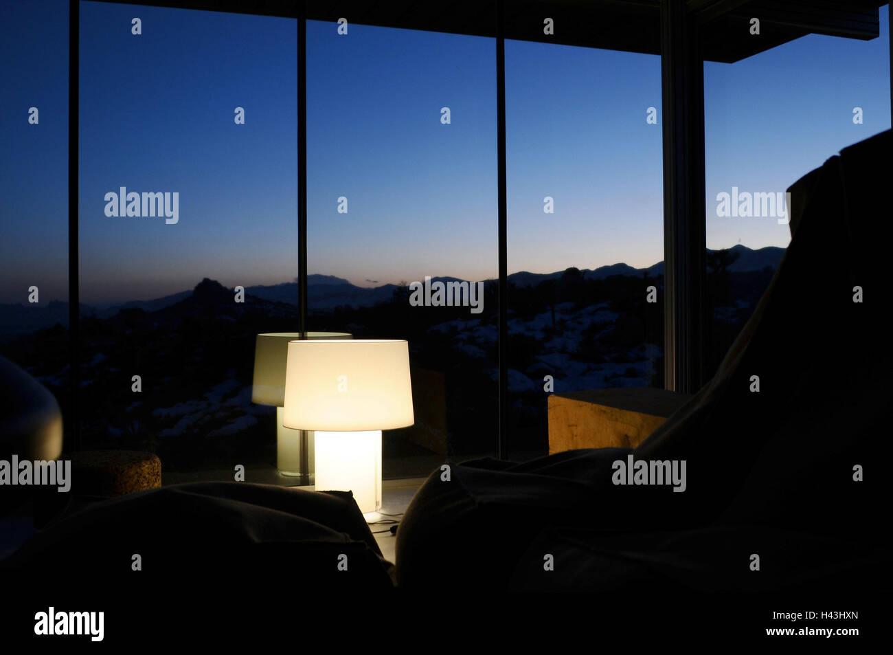Camere salotto lampada finestra frontale vista montagne sera