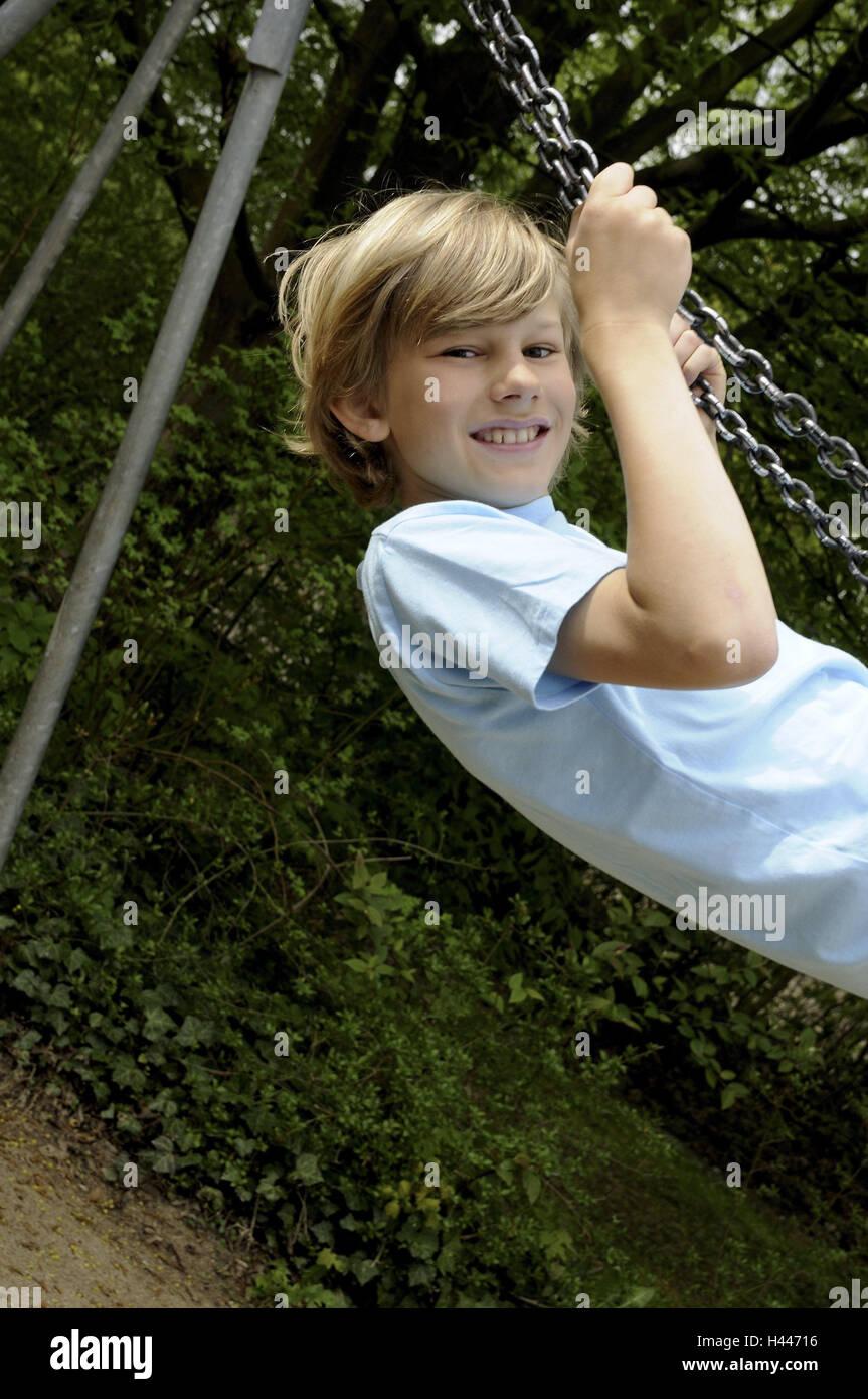 Il ragazzo 12 anni swing sorriso vista laterale la - Camera ragazzo 15 anni ...