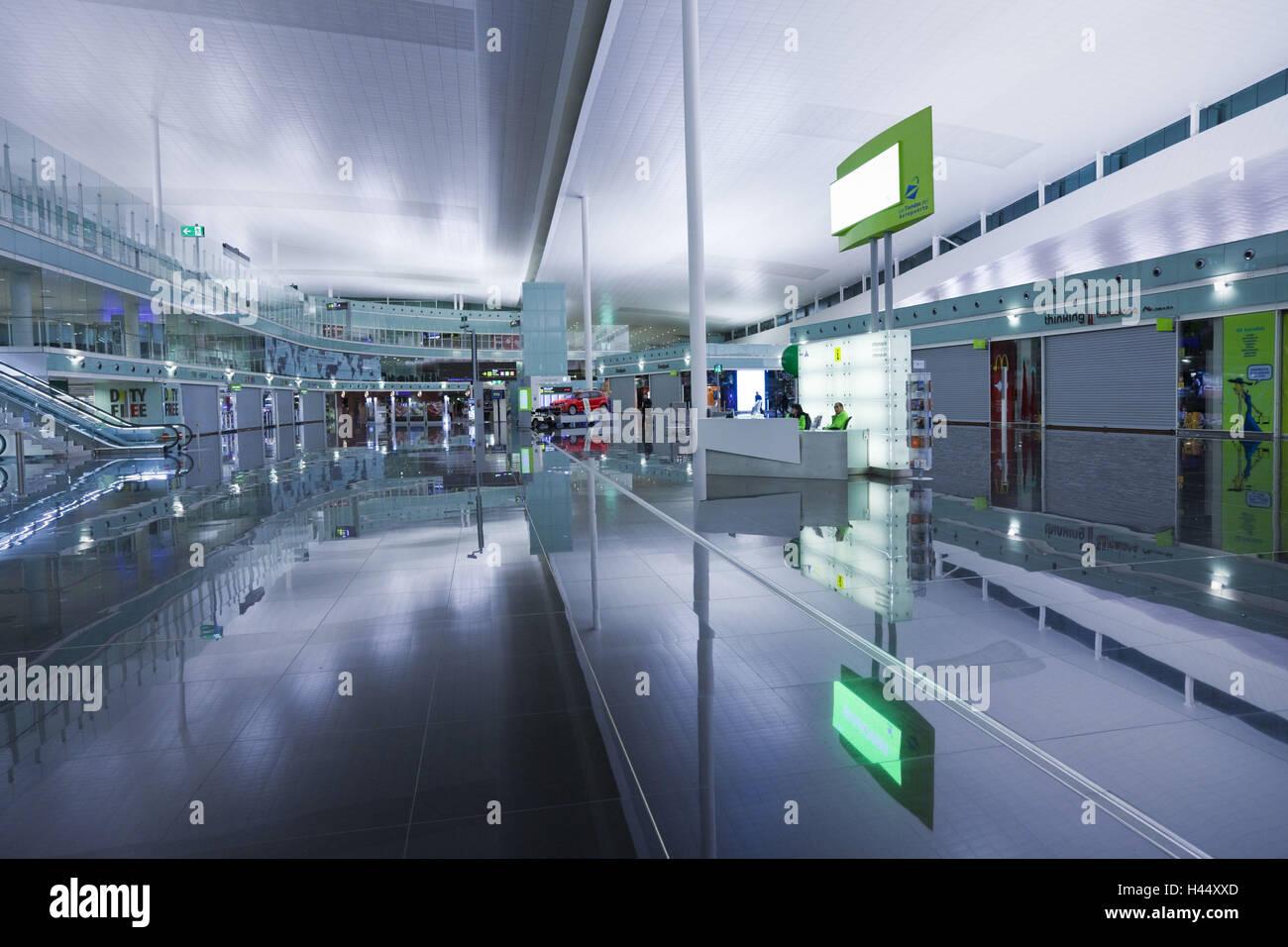 In Spagna, in Catalogna, Barcellona, airport arrival lounge, Immagini Stock