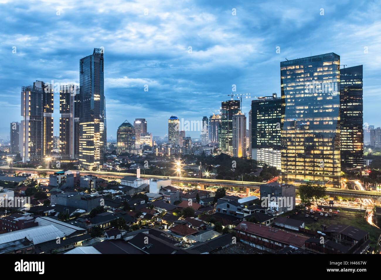 Twilight su Giacarta quartiere degli affari nell'area di Kuningan in  Indonesia la città capitale Foto stock - Alamy