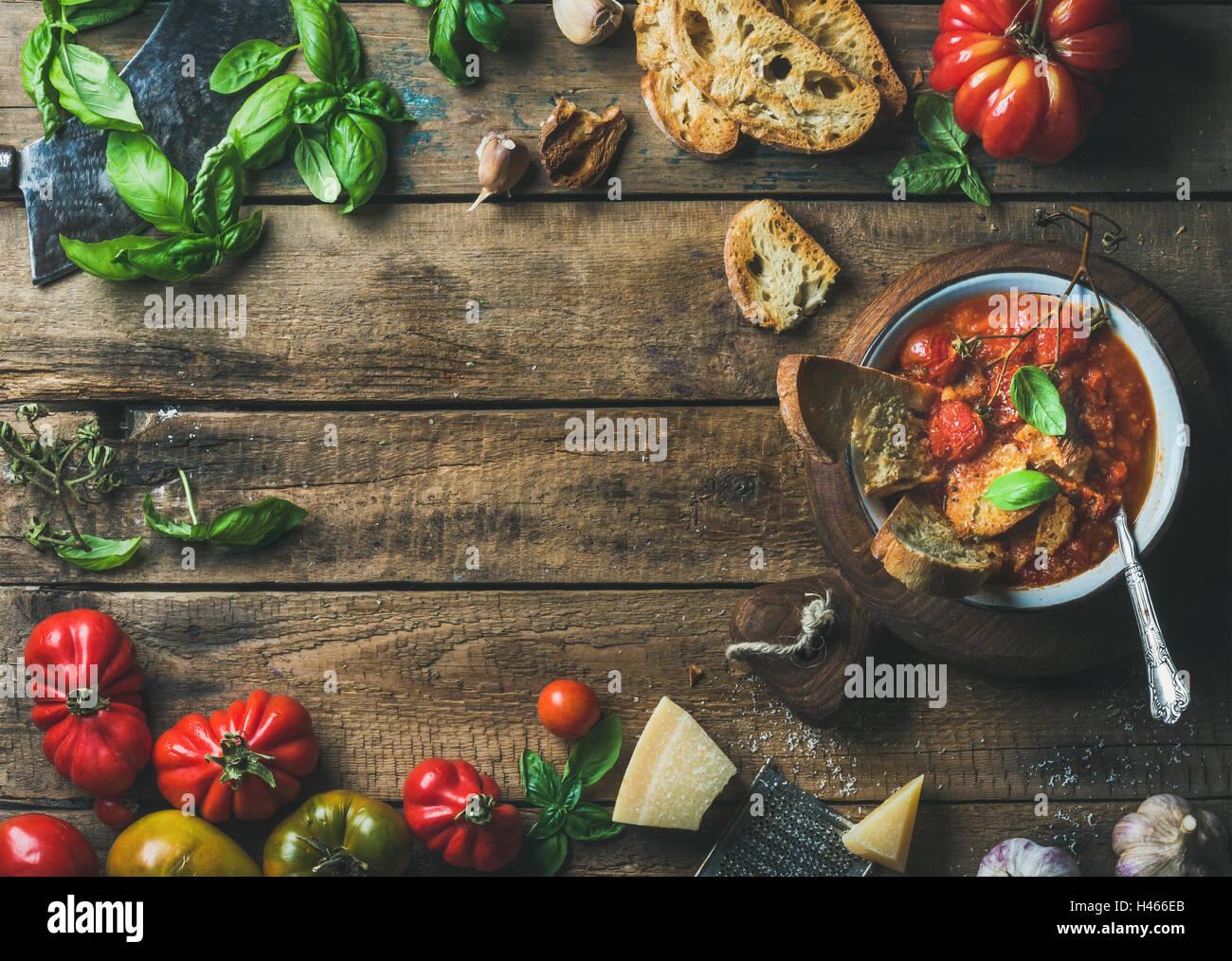 Italiano pomodoro arrosto e la zuppa di aglio con pane, basilico, parmigiano Immagini Stock