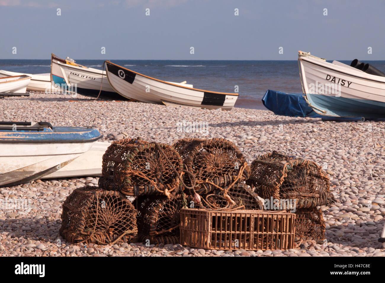 Pentole di aragosta e granchio cantre sulla spiaggia di ciottoli a Budleigh Salterton, Devon Immagini Stock