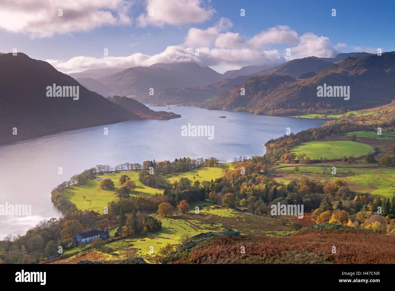 Ullswater da Gowbarrow cadde, Parco Nazionale del Distretto dei Laghi, Cumbria, Inghilterra. In autunno (Novembre) Immagini Stock