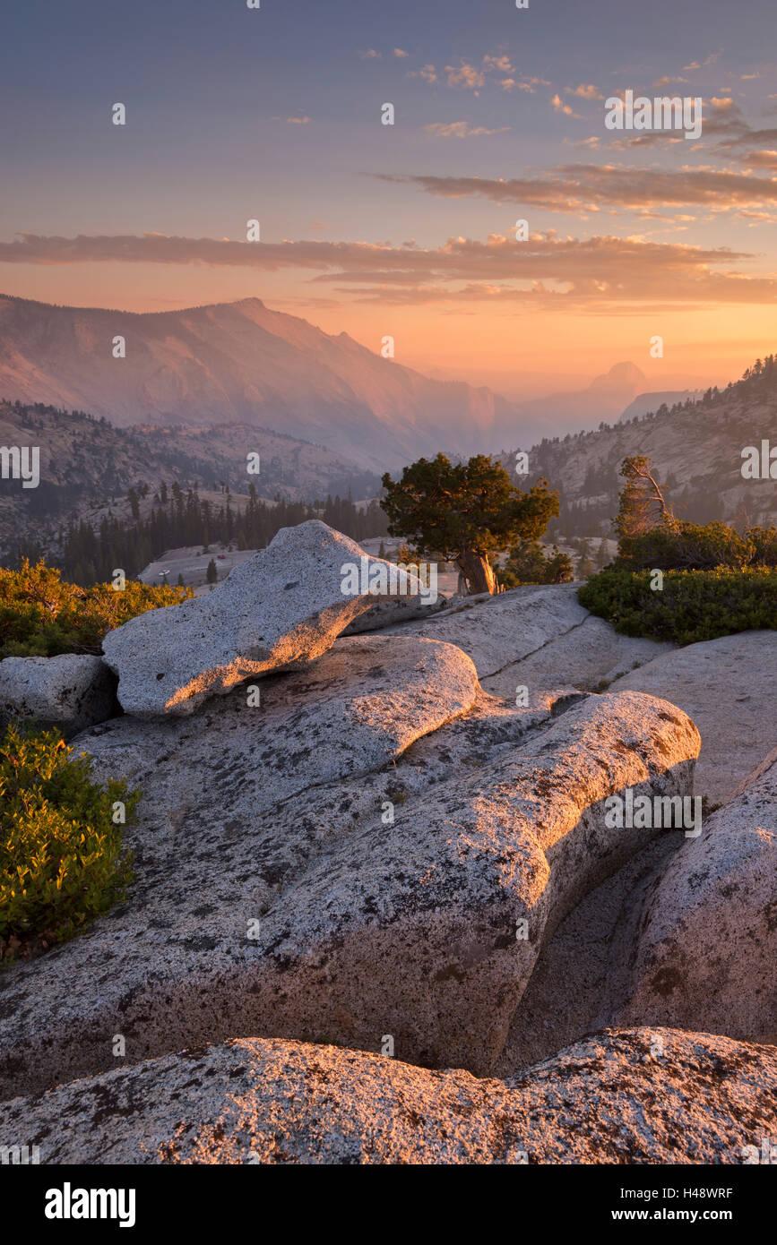 Il tramonto sopra Half Dome, visto dal punto di Olmsted, Yosemite National Park, California, Stati Uniti d'America. In autunno (ottobre) 2014. Foto Stock