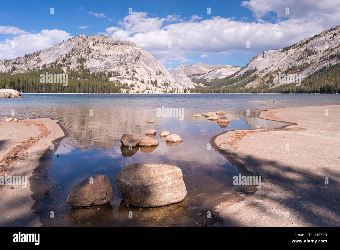 Tenaya Lake nel Parco Nazionale di Yosemite in California, Stati Uniti d'America. In autunno (ottobre) 2014. Immagini Stock