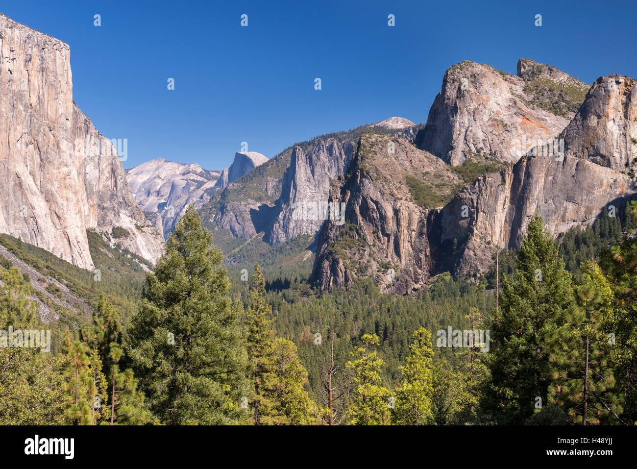 El Capitan sollevandosi al di sopra di Yosemite Valley dalla vista di tunnel, Yosemite National Park, California, Foto Stock